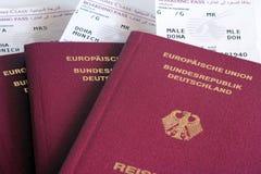 Pasaportes y documentos de embarque fotos de archivo