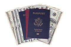 Pasaportes y pila de dinero de los E.E.U.U. Imágenes de archivo libres de regalías