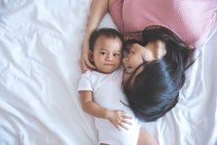 Pasar tiempo con la mamá en cama Imagen de archivo
