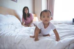Pasar tiempo con la mamá en cama Foto de archivo