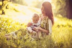 Pasar tiempo con la mamá en la naturaleza illusytration con las nubes, el sol y el cochecillo imágenes de archivo libres de regalías