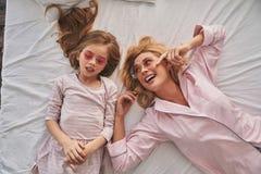 Pasar tiempo despreocupado Vista superior de la madre hermosa joven y de h Fotos de archivo libres de regalías