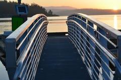 Pasarela al puerto deportivo en la puesta del sol Foto de archivo libre de regalías