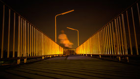 Pasarela con la falta de definición del reflejo de luz y de movimiento de caminar del hombre Fotografía de archivo libre de regalías