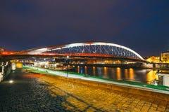 Pasarela de Bernatka sobre el río Vistula en la noche Fotos de archivo