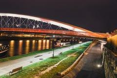 Pasarela de Bernatka sobre el río Vistula en la noche Foto de archivo