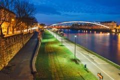 Pasarela de Bernatka sobre el río Vistula en la noche Imagen de archivo