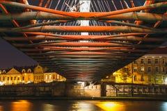 Pasarela de Bernatka sobre el río Vistula en la noche en Kraków Fotografía de archivo