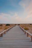 Pasarela de madera en las dunas, Algarve, Portugal, en la puesta del sol Fotos de archivo libres de regalías