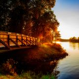 Pasarela de madera sobre el río el ccsme imagen de archivo libre de regalías