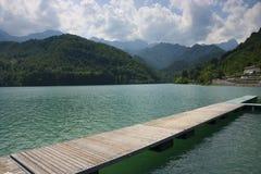 Pasarela en el lago Barcis Fotografía de archivo libre de regalías