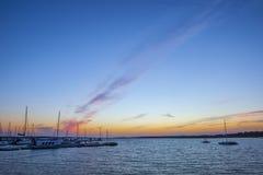 Pasarela en la puesta del sol, Cartaya, Huelva, España del EL Rompido Imágenes de archivo libres de regalías
