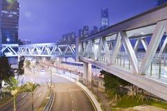 Pasarela metálica en la noche en Hong-Kong Foto de archivo