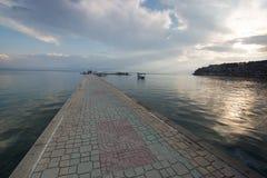 Pasarela pavimentada sobre el lago Ohrid fotos de archivo libres de regalías