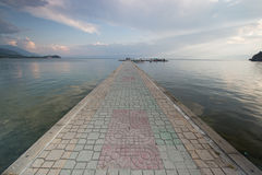 Pasarela pavimentada sobre el lago Ohrid imagen de archivo