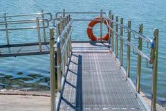 Pasarela, pendiente de la orilla al agua para el discapacitado Foto de archivo libre de regalías