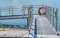 Pasarela, pendiente de la orilla al agua para el discapacitado Fotografía de archivo libre de regalías