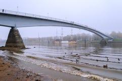 Pasarela sobre el río Volkhov en tiempo de niebla Fotos de archivo
