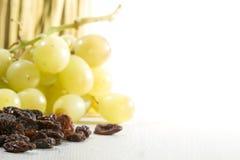 Pasas y uvas maduras Imagen de archivo libre de regalías