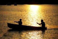 El remar en el lago. Fotografía de archivo