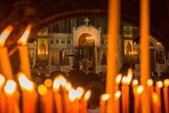 人们在正统复活节时(Pascha午夜办公室的庆祝) 库存照片