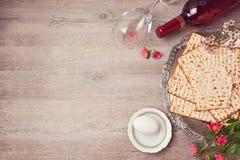 Paschaachtergrond met matzah, seder plaat en wijn Mening van hierboven Royalty-vrije Stock Foto's