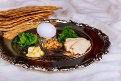 Paschaachtergrond met wijnfles, matzoh, ei en seder plaat stock foto's
