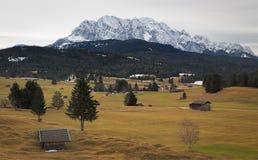 Pascolo alpino con le montagne di Karwendel, alpi, Germania Immagini Stock Libere da Diritti