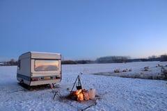 Pascolo delle pecore in una mattina gelida e nevosa di inverno fotografia stock libera da diritti