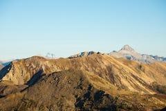 Pascolo di elevata altitudine, picchi di montagna rocciosa e cresta dentellata, con il cielo scenico, le alpi italiane Vista espa Fotografia Stock Libera da Diritti