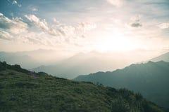 Pascolo di elevata altitudine, picchi di montagna rocciosa e cresta dentellata, con il cielo scenico, le alpi italiane Vista espa Immagini Stock