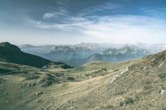 Pascolo di elevata altitudine, picchi di montagna rocciosa e cresta dentellata, con il cielo scenico, le alpi italiane Vista espa Fotografia Stock