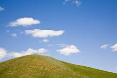 Pascolo e cielo blu   Immagini Stock