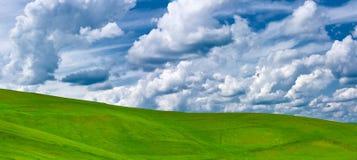 Pascolo e nubi verdi Fotografie Stock