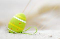Pascua adornó el huevo en la arena Fotos de archivo