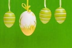 Pascua adornó los huevos en backgound verde. Fotos de archivo