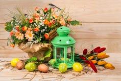 Pascua adornó los huevos y la palmatoria con las flores de la primavera Imagen de archivo libre de regalías