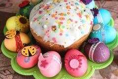 Pascua adornó los huevos y la torta Imagen de archivo libre de regalías