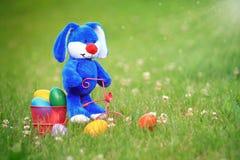 Pascua azul Bunny Riding un triciclo Fotos de archivo libres de regalías