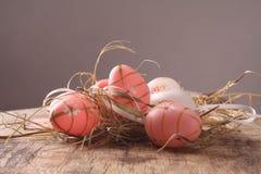 Pascua coloreó los huevos Fotos de archivo