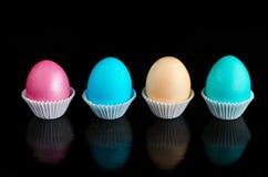 Pascua coloreó los huevos en fondo negro Foto de archivo libre de regalías