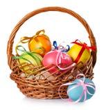 Pascua coloreó los huevos en la cesta Imagen de archivo libre de regalías