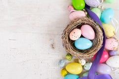 Pascua coloreó los huevos imagenes de archivo