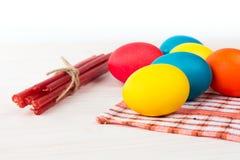 Pascua coloreó los huevos y las velas Imagen de archivo libre de regalías