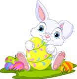 Pascua. Conejito con el huevo de Pascua ilustración del vector