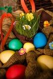 Pascua, conejo, heno, conejito de pascua, Pascua adornando, huevos, huevos de Pascua, cesta Fotografía de archivo libre de regalías