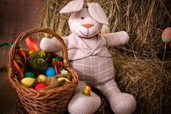 Pascua, conejo, heno, conejito de pascua, Pascua adornando, huevos, huevos de Pascua, cesta, conejito, conejo Foto de archivo