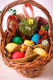 Pascua, conejo, heno, conejito de pascua, Pascua adornando, huevos, huevos de Pascua, cesta Fotos de archivo libres de regalías