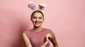 Pascua, días de fiesta y concepto de la gente - oídos del conejito de la muchacha que llevan feliz Familia feliz que se prepara p almacen de video