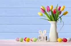 Pascua - fecha civil con los huevos y los tulipanes adornados imagenes de archivo